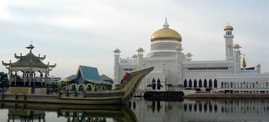 The Royal Barge in front of the Omar Ali Mosque